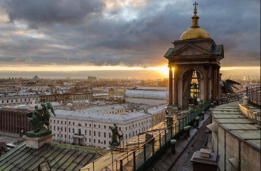 Вечерняя колоннада Исаакиевского собора в Санкт-Петербурге