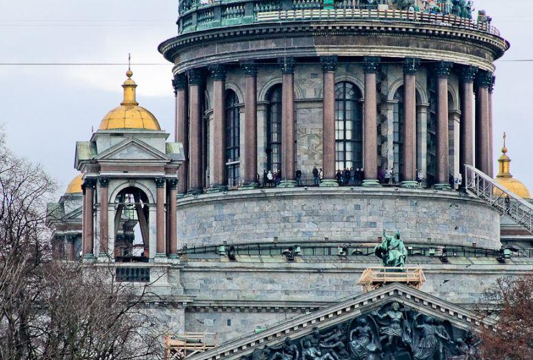Колоннада и малые главки Исаакиевского собора в Санкт-Петербурге